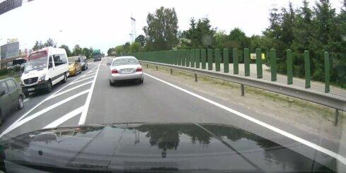 Uz Bauskas šosejas saduras divas automašīnas