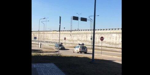 Ceļu policijas 'BMW' traucas pa pretējo braukšanas joslu