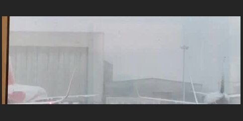 Sniega tīrīšana Lūtonas lidostā