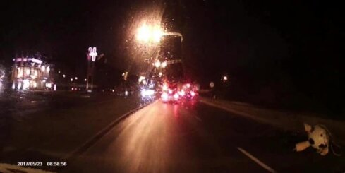 Mikroautobuss aiztraucas pie sarkanās gaismas