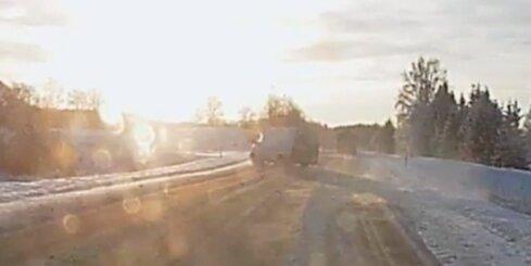 Mikroautobusa vadītājs nenovalda spēkratu un iebrauc grāvī