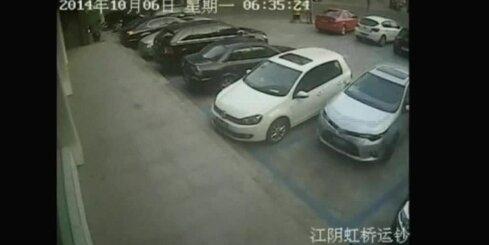 Ķīnā nemākulīgs autovadītājs desmit reizes apdauza svešu auto