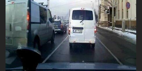 Mikroautobuss Rīgas centrā rupji pārkāpj satiksmes noteikumus