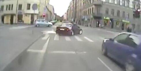 Policija aptur autovadītāju, kurš bēg no policijas un apdraud cilvēkus
