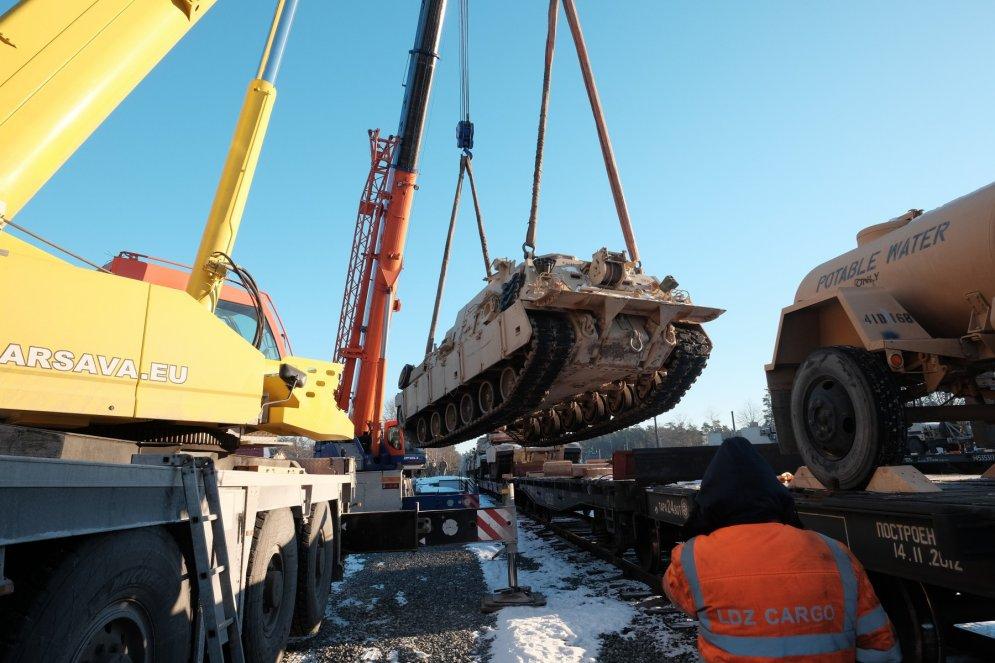 В Гаркалне опять разгружали американские танки, а это — интересные детали процесса