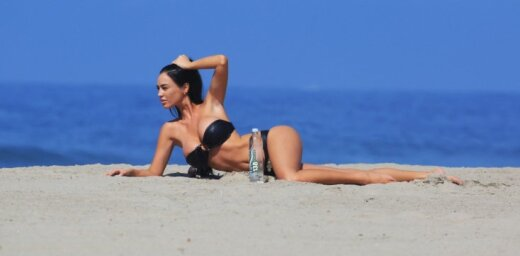 Daiļa 'Playboy' modele laiskojas pludmalē
