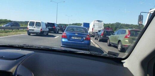 ФОТО: На Юрмальском шоссе огромные пробки; машины стоят в четыре ряда
