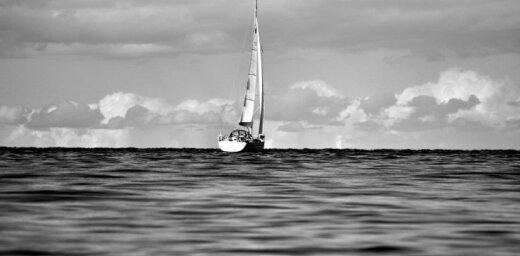Lasītājs iemūžina jūras ainavu melnbaltā fotogrāfijā
