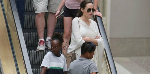 Paparaci kadri: Džolija ar bērniņiem apstaigā lielveikalu