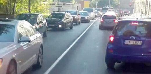 Video: 'Ātrās palīdzības' šoferis pateicas autovadītājiem par laicīgu pārkārtošanos