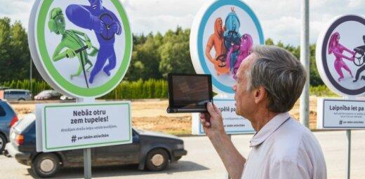 Foto: Cēsīs nerakstīto ceļu satiksmes likumu izstādē noskaidro populārāko likumu