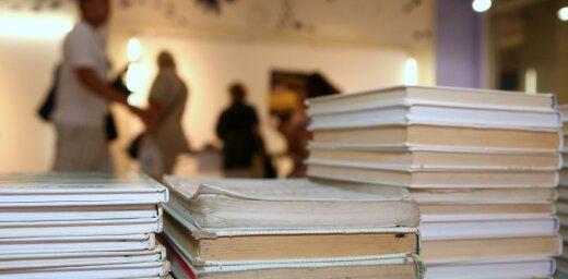Skolnieces vecāki: Niknums par mācību grāmatu cenām