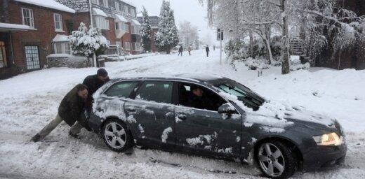 Raidījums: Rīgas ielas sniega dēļ grūti izbraucamas