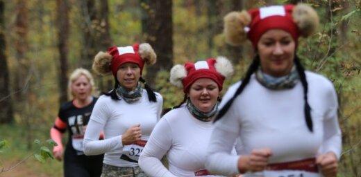 Foto: Patriotiskais skrējiens 'Lāčplēšu kross' pulcē gandrīz tūkstoti dalībnieku