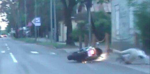 Video: Motociklists Jūrmalā traucas ar ātrumu 120 kilometri stundā un nokrīt