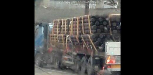 Video: Aculiecinieks Rīgā nofilmē bīstamu kravas auto