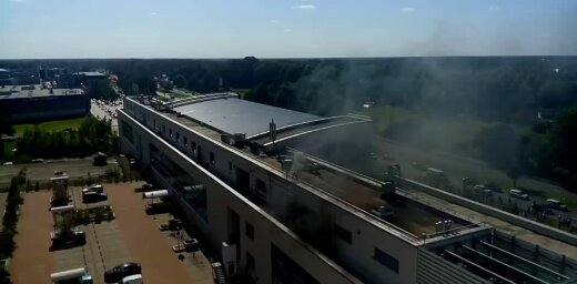 Video: Liesmas plosa 'SMS Credit' ēku Rīgā; evakuēti 100 cilvēki