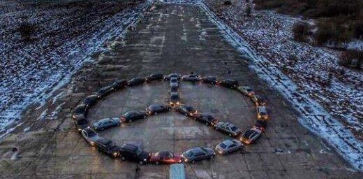 Video: Rumbulas lidlaukā 'Mercedes' auto īpašnieki izveido markas emblēmu