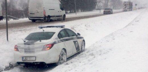 Foto: Siguldā policijas ekipāža ielido grāvī