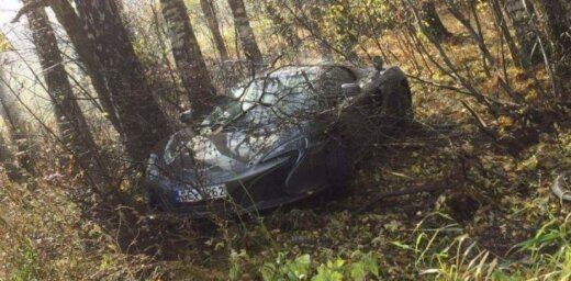 Foto: Uz Jūrmalas šosejas avarējis Latvijā vienīgais 'McLaren' superauto