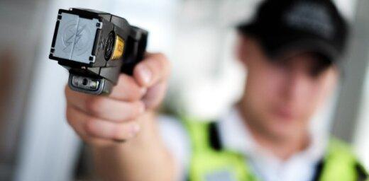 Pie pusaudža Rīgas skolā, kurā piekauts policists, atrod elektrošoku un nazi