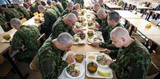 Призывник раскритиковал меню в литовской армии за гамбургеры, пиццы и блины
