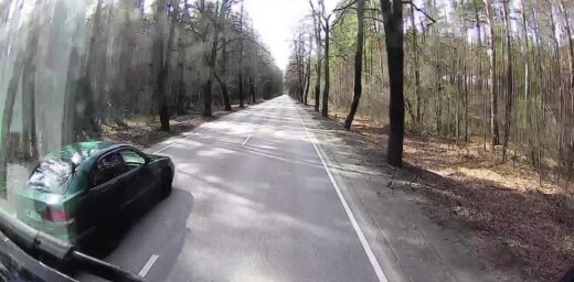 ВИДЕО: Уходя от столкновения, легковушка поцарапала грузовик и скрылась
