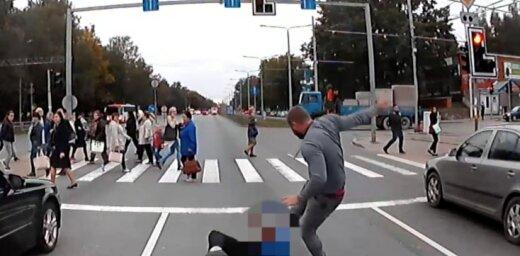 Video: BMW vadītājs Juglā nogriež ceļu autobusam un izrēķinās ar šoferi