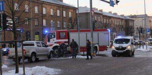Foto: Jelgavas centrā vieglais auto ietriecies VUGD spēkratā