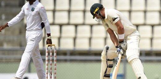 Tribīnēs lidojoša bumbiņa kriketā sasit skatītājam telefonu