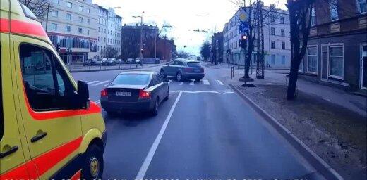Video: Vairāki satiksmes noteikumu pārkāpumi 'Audi' izpildījumā