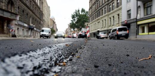 Asfaltēšanas dēļ brīvdienās slēgs satiksmi Lāčplēša ielas posmā