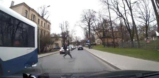 Video: Neuzmanīgs gājējs gandrīz paskrien zem auto riteņiem