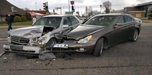 Foto: Siguldā divi 'Mercedes' pie luksofora nesadala ceļu