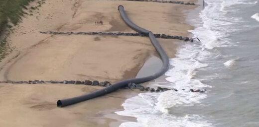 На берег в Британии выбросило гигантские трубы