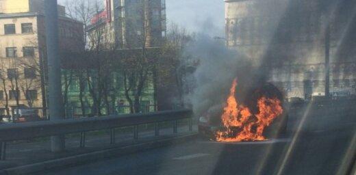 Video: Uz Vanšu tilta ar atklātu liesmu sadeg auto