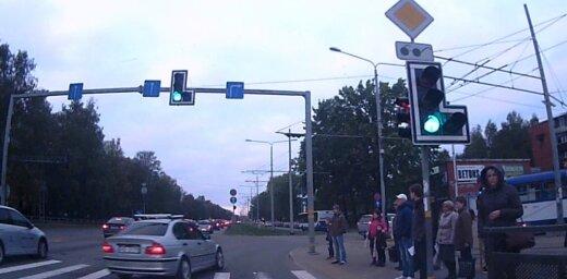 Video: Juglā autobraucējs 'ielido' krustojumā
