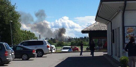 Foto: Siguldā dzīvojamā namā un saimniecības ēkās izcēlies paaugstinātas bīstamības ugunsgrēks