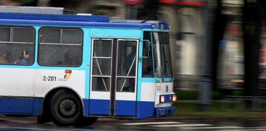Pasažieri pieķer 'Rīgas satiksmes' trolejbusa vadītāju brauciena laikā vīlējam nagus