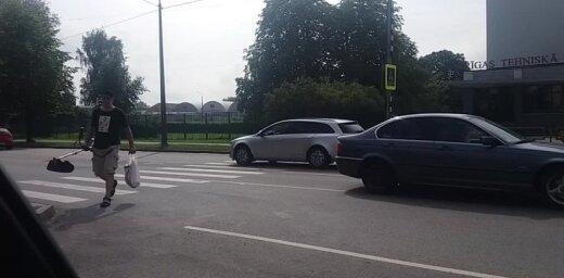 Aculiecinieka video: Viena no bīstamākajām gājēju pārejām Rīgā