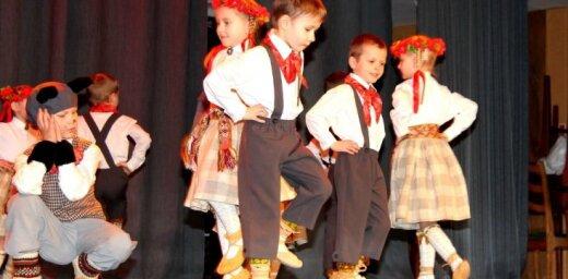 Fotoreportāža: Mazo bērnu lielās lustes un danči Iecavā