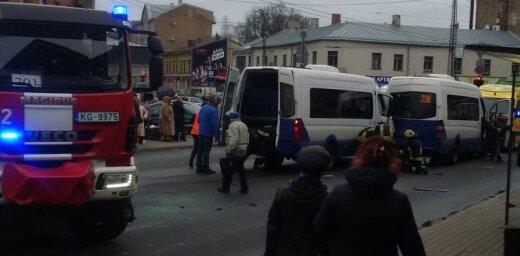 Video: Āgenskalnā saskrienas divi mikroautobusi; satiksme atjaunota