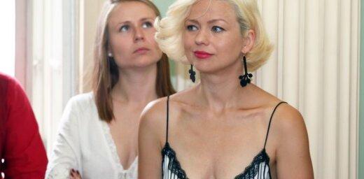 Foto: Dita Lūriņa valdzina ar vasarīgi sievišķīgu eleganci