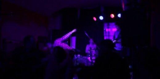 Mūziķis koncertā 'Nabaklab' uzsāk kautiņu draudzenes krūšu dēļ (video)