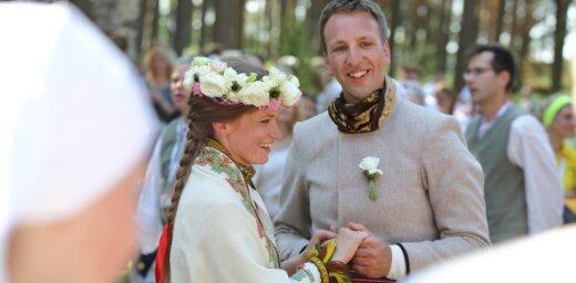 Foto: Dziesmu svētkos nosvin īstas latgaliešu kāzas Brīvdabas muzejā