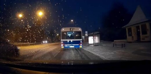 Video: 'Rīgas satiksmes' autobuss 'vēsā mierā' aiztraucas pie sarkanās gaismas