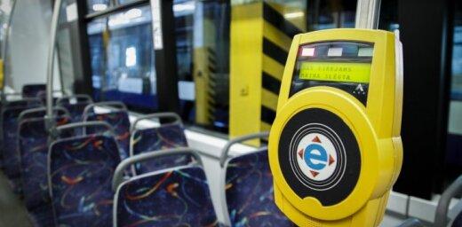 Kļūda 'Rīgas satiksme' pulkstenī: vienas stundas biļetes vietā pasažierim noņem divas