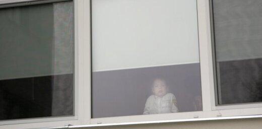 Piedzērusies māte atstāj bērnus vienus dzīvoklī
