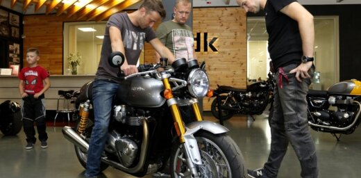 Foto: Rīgā atklāta angļu motociklu 'Triumph' pārstāvniecība