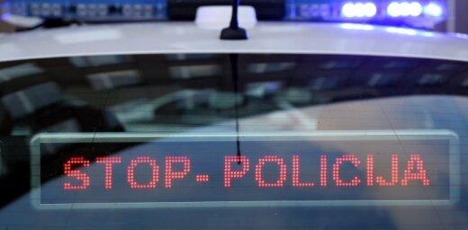 Убегавший от полиции водитель бросил машину на дороге